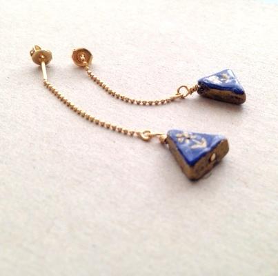 藍色の三角ピアス