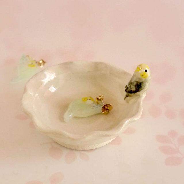 陶器のセキセイインコとお花型トレー ...