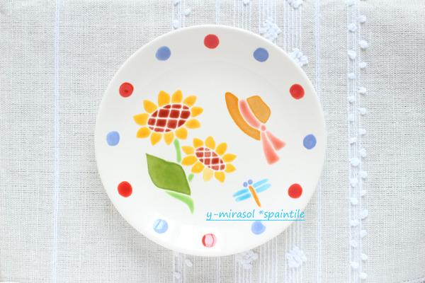 ヒマワリと麦わら帽子とトンボの絵付け皿