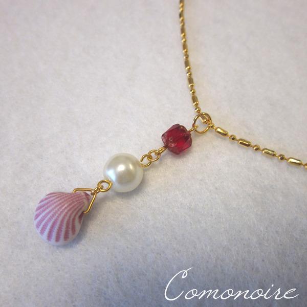 小さな貝とビジュウのネックレス