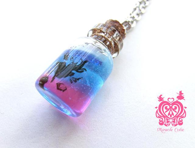 アリスのガラスボトルペンダント(ピンク&ブルー)