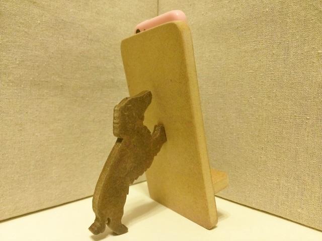 ミニチュアダックスフンドが支える携帯・スマホスタンド ナチュラル