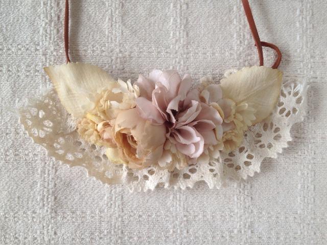 レースと染め花の革紐ネックレス(バラ・オフホワイト)