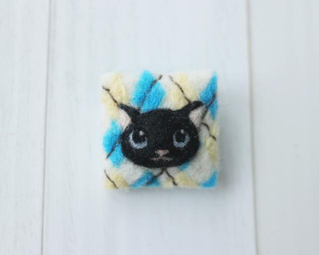 猫とアーガイル模様のブローチ・黒猫と...