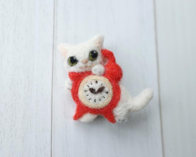 目覚まし時計と白猫のブローチ