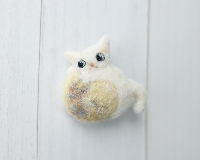 満月と白猫のブローチ