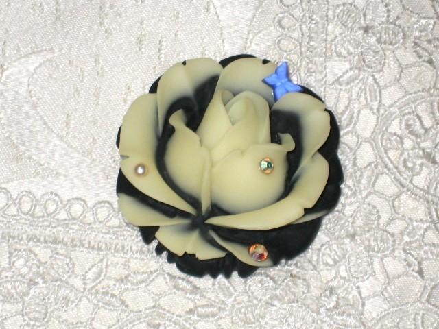 蝶薔薇の帯留め(ホワイト×ブラック)