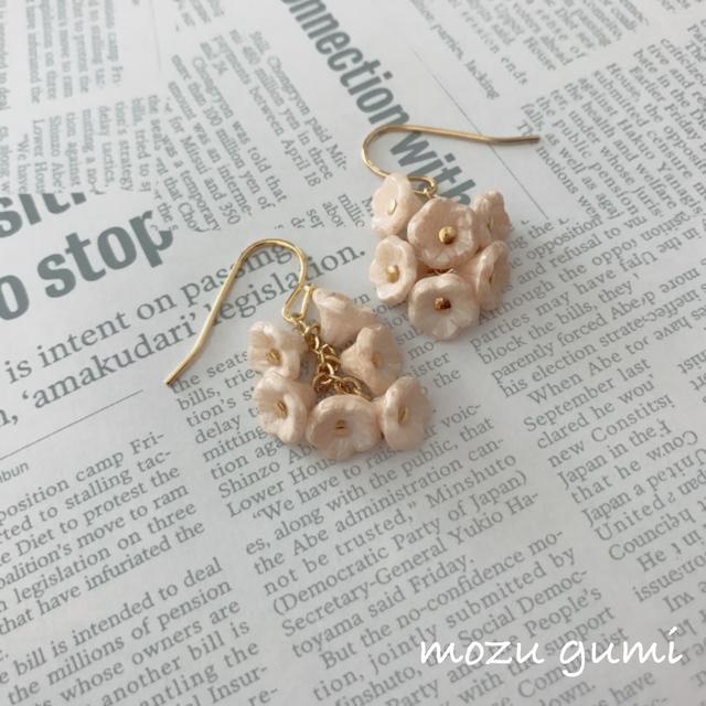 小花のピアス(チェコビーズ・乳白色)