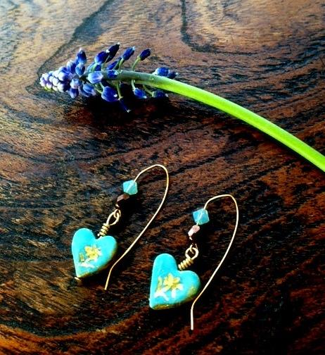 陶器製ブルーのハートピアス