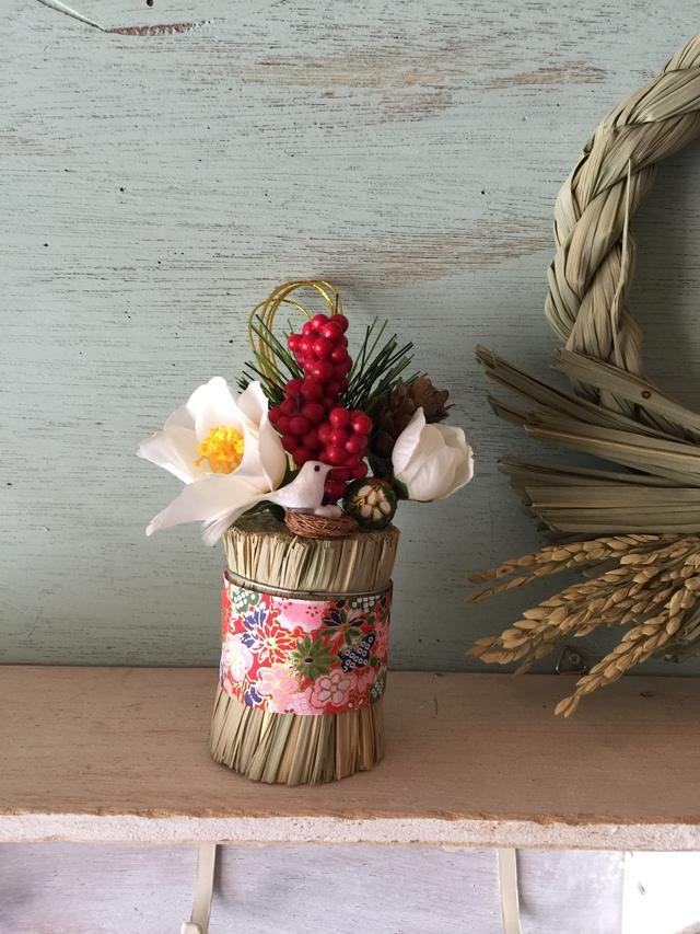 希望の卵の俵飾り白花(白い鳥)