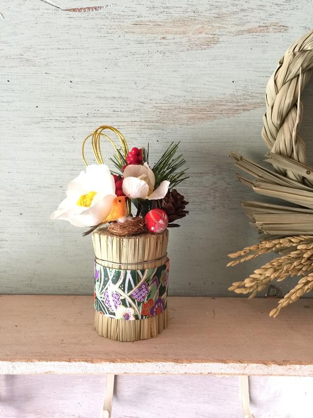 希望の卵の俵飾り白花(オレンジの鳥)