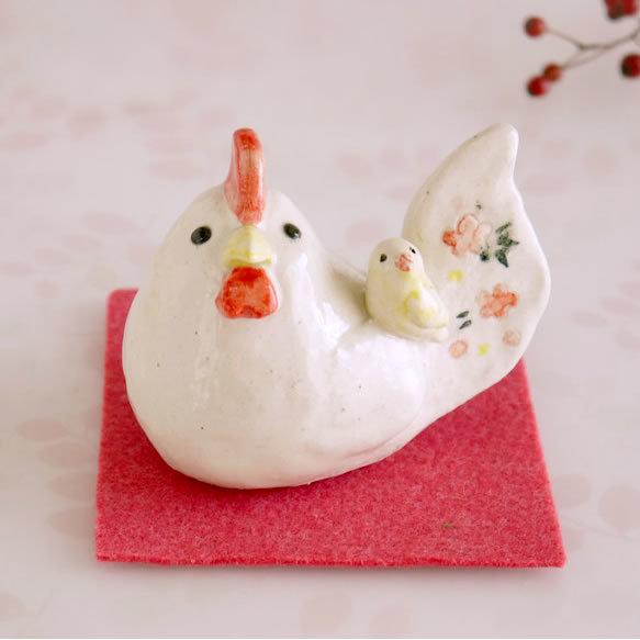 鶏と黄色いセキセイインコの陶器の置物...