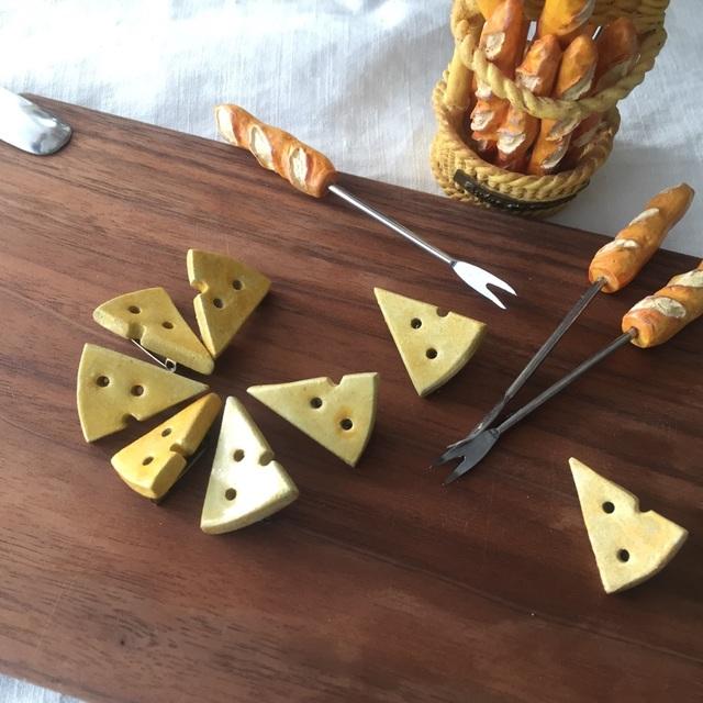 再販【陶土】チーズのブローチ