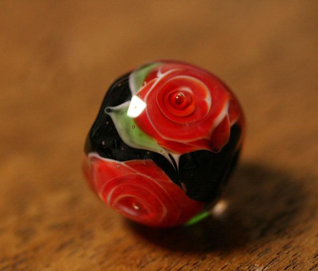 glass beads (とんぼ玉)黒地に赤い薔薇/再販
