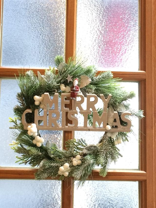 サンタが見守るクリスマスリース