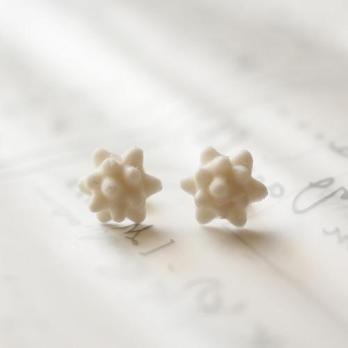 金平糖の白いピアス
