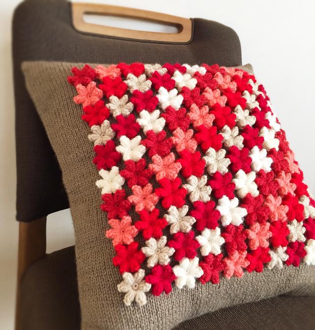 小花モチーフのクッション  red