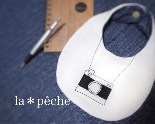 再販手書き風刺繍イラストおもちゃカメラのスタイ