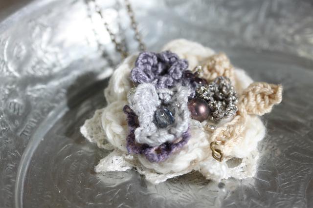 手編みのお花アレンジネックレス