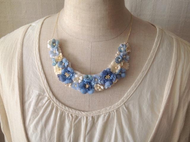 染め花の三日月型ネックレス(M・ブルー)
