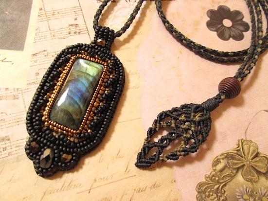 ビーズ刺繍の天然石ペンダント 099