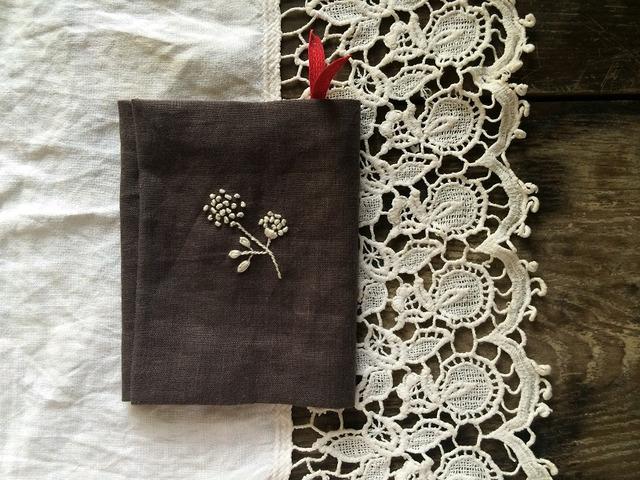 しおり付きお花の刺繍のブックカバー
