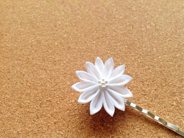 白い菊ヘアピン