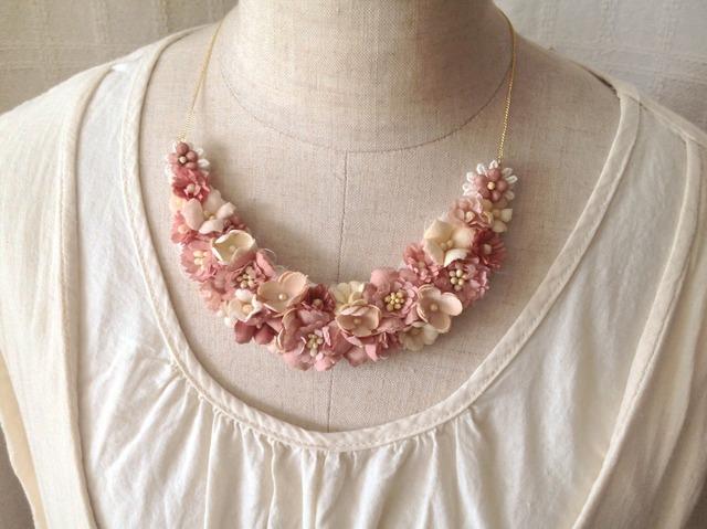 染め花の三日月型ネックレス(M・渋いピンク)