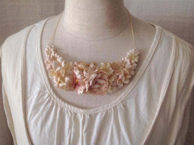 染め花の三日月型ネックレス(L・オフホワイト)