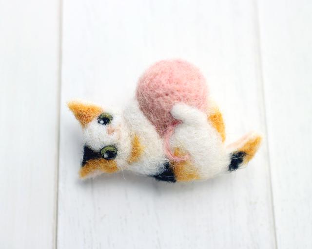 毛糸玉で遊ぶミケネコのブローチ