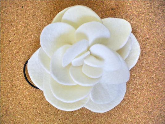 白いフェルト花のヘアゴム