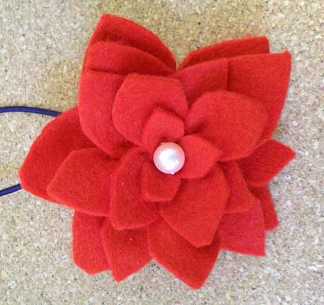 赤いフェルト花のヘアゴム
