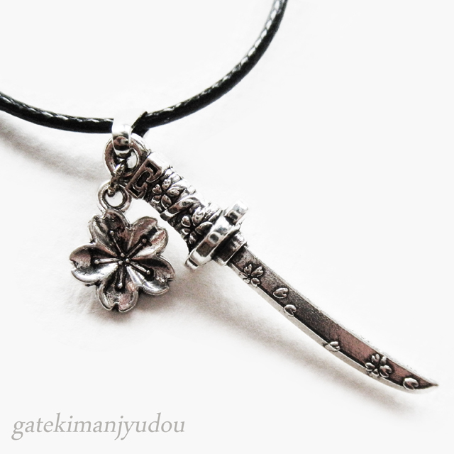 日本刀と桜のレザー調ネックレス