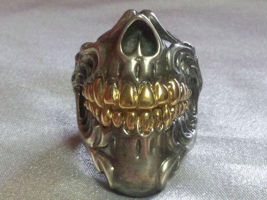 顎スカルリング艶消し燻し、歯部分18Kメッキ加工