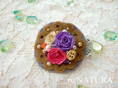 三つ薔薇とボタンのスリーピン(ブラウン)