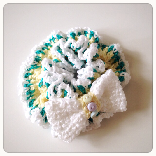 【オーダー品】リボンブローチ付きの編みシュシュ