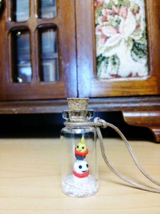 鳥の小瓶ネックレス オカメインコと雪だるま
