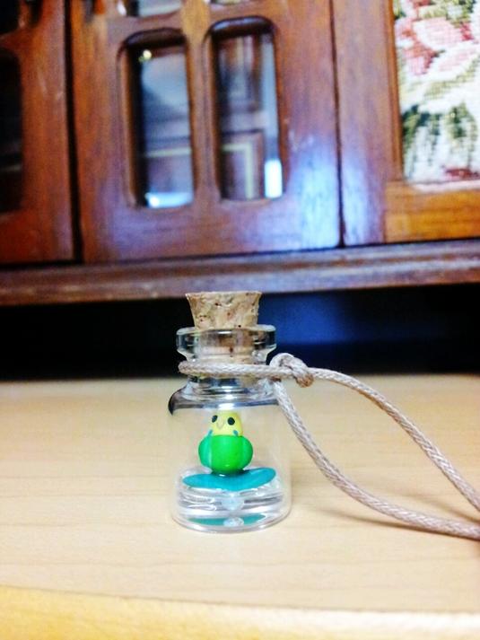 鳥の小瓶ネックレス セキセイインコ 緑