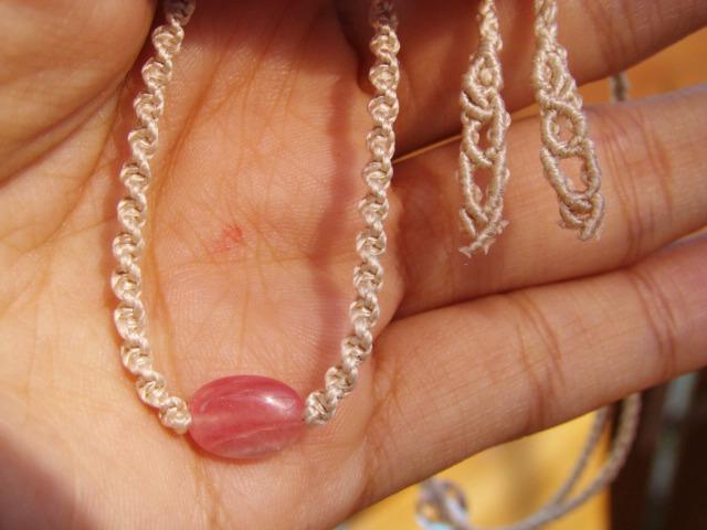 インカローズとシルクコードのマクラメ編み天然石シンプルネックレス