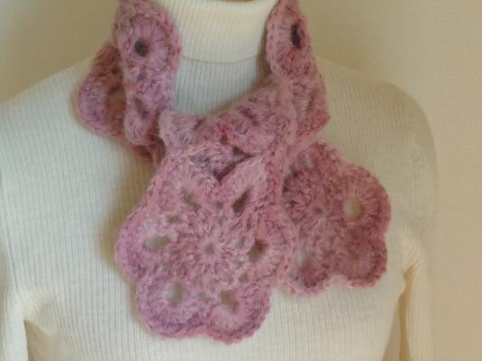ピンクのモヘアで編んだプチマフラー