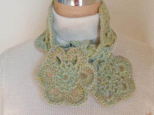 緑のツイード糸で編んだモチーフマフラー