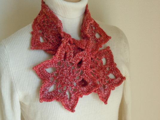 赤×ピンク×オレンジのツイード糸で編んだモチーフつなぎのプチマフラー