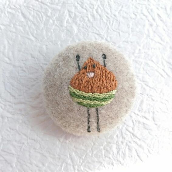 元気な栗の刺繍ブローチ
