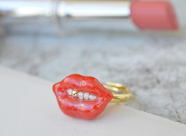 金歯きらり?真っ赤な唇の指輪