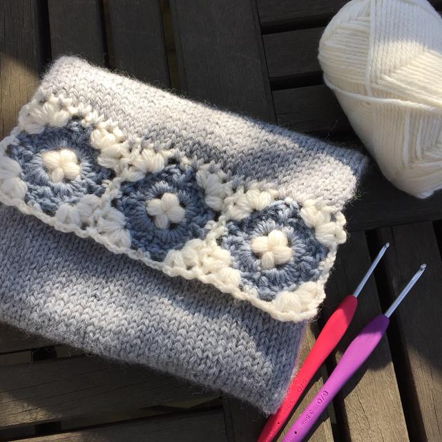 手編みのふわふわポーチ