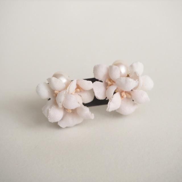 布花イヤリング white radish