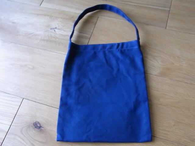 パラフィン帆布のぺたんこバッグ 青