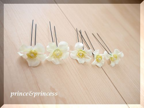 白の花びらのヘアピン