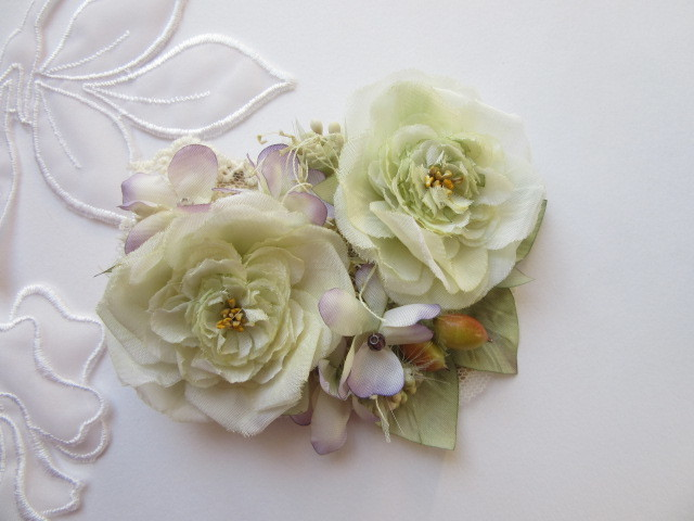 小さな薔薇と白すみれのコサージュ(2way)