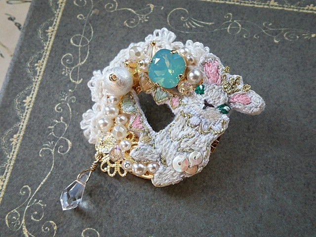 王冠うさぎの刺繍ブローチ